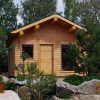 Cabane traditionnelle avec poutres rondes