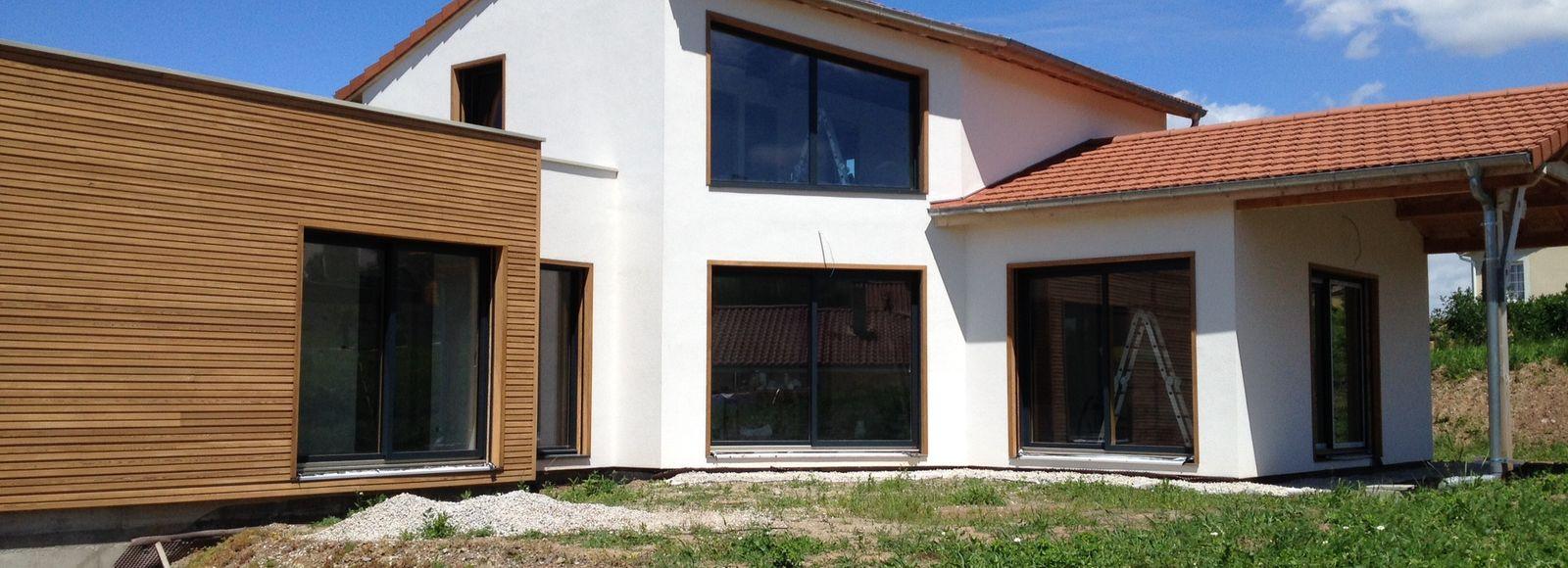 Maison ossature avec crépi et toits terrasses