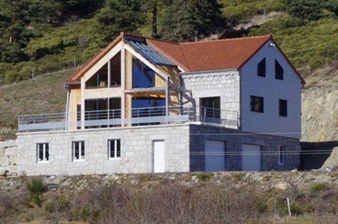Maison en ossature bois avec habillage en granit